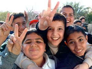 800px-Iraqi_boys_giving_peace_sign